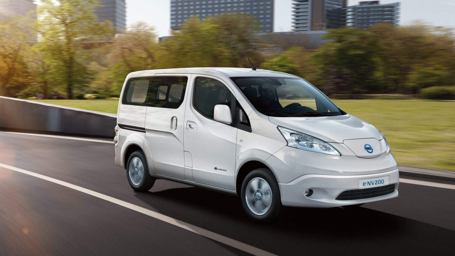 Front angle of e-NV200 Combi driving