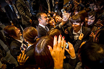Carlos Ghosn mixes with staff of car dealers.