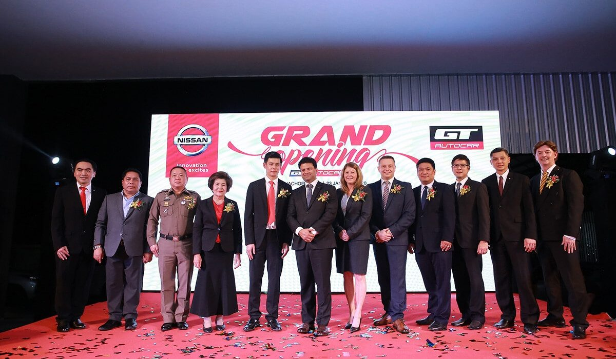President of Nissan in Thailand Ramesh Narasimhan (6th from left),  with senior Nissan executives congratulated Artorn Soemsaksasitthorn (5th from left), Managing Director of GT Auto Car Co., Ltd. on the opening of the new showroom in Muang District, Chachoengsao province.