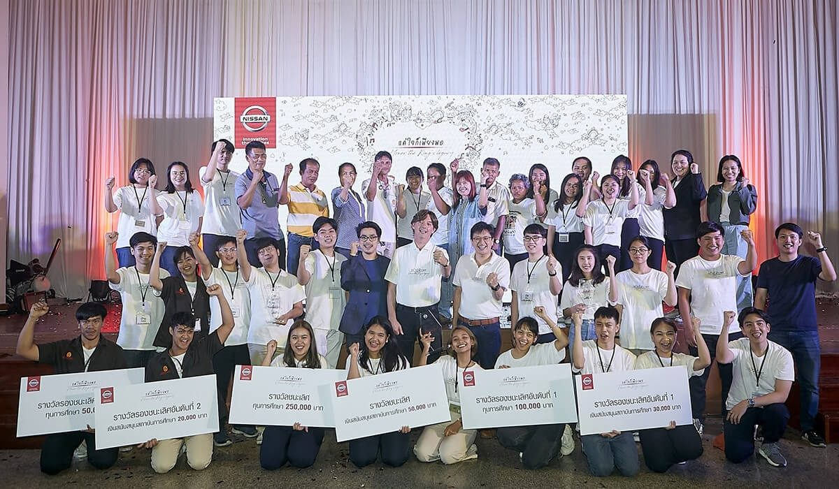 Peter Galli, vice president for communications at Nissan in Thailand (center) congratulates all six student finalist teams